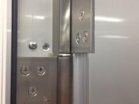 門扉のヒンジで傾きやズレを調整できます。