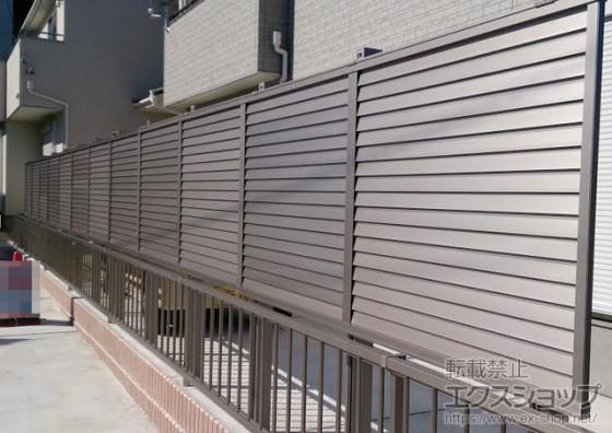 LIXIL プレスタフェンス8型 既存フェンスの後ろ側に高い柱で設置し