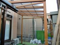 お庭に雨や紫外線を遮る空間が完成、木調で圧迫感もすくない