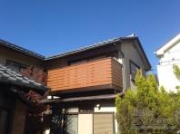 和風建築に馴染む木調のバルコニー。