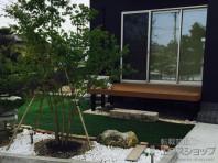 和風庭園を眺められる場所にウッドデッキを