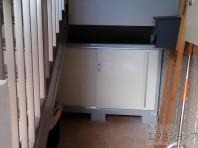 階段下のスペースを物置で有効活用。