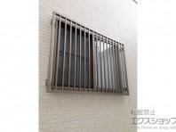 面格子で窓からの侵入を防ぐ